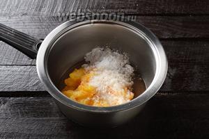 В кастрюле соединить кусочки персиков, картофельный крахмал (1 ст. л.) и сахар (4 ст. л.). Перемешать.