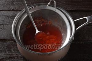 Протереть содержимое кастрюли через  мелкое металлическое сито. Отжимки выбросить, а отвар соединить с сахаром (5 ст. л.) и довести до кипения.