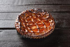 Выпекать в предварительно разогретой до 190°С духовке до готовности, приблизительно 30 минут (пироги меньшего размера выпекутся быстрее). Пирог с абрикосовым вареньем готов.