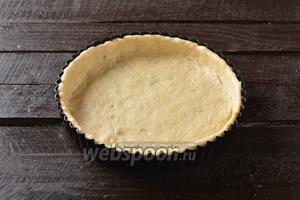 Разделить тесто на 2 части: 2/3 и 1/3. Большую часть теста выложить в форму диаметром 28 сантиметров, формируя дно и стенки.
