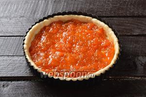 На тесто равномерно выложить 300 мл абрикосового варенья.