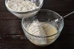 Частями добавляя просеянную муку 500 г, замесить мягкое тесто. Возможно, вам понадобится для замеса мягкого теста на 1 столовую ложку муки больше или меньше.