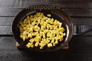 300 г картошки почистить и нарезать кубиками размером 1х1 сантиметр. Обжарить на 1 ст. л. подсолнечного масла до золотистой корочки (со всех сторон).