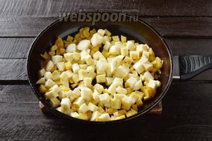 Добавить в сковороду почищенный и нарезанный кубиками (размером 1х1 сантиметр) кабачок и ещё 1 ст. л. подсолнечного масла. Жарить, помешивая, 5 минут.
