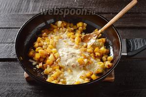 Добавить 2 ст. л. сметаны, 0,5 ч. л. соли, чёрный молотый перец 0,1 ч. л. Готовить 2-3 минуты.