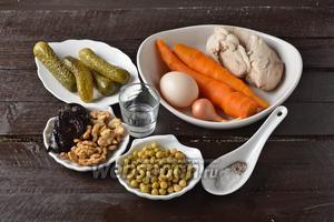 Для работы нам понадобится куриное филе, яйца, морковь, чернослив вяленый, грецкие орехи, консервированный горошек, маринованные огурцы, майонез, соль, чёрный молотый перец.