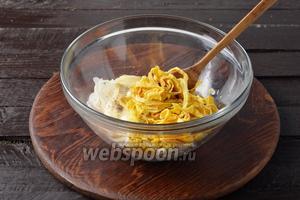 Соединить лук, яичные блинчики, 4 ст. л. майонеза. Перемешать. Проверить на соль и чёрный молотый перец.