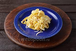 Салат с яичными блинчиками и луком готов.