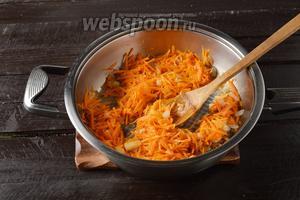 Лук (80 г) очистить, нарезать кубиками и обжарить на подсолнечном масле (4 ст. л.) до прозрачности. Добавить натёртую на крупной тёрке морковь (70 г). Жарить, помешивая, 3-4 минуты.