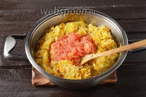 Добавить очищенные от кожицы и натёртые на крупной тёрке помидоры (120 г). Приправить 1 ч. л. соли и чёрным молотым перцем (0,2 ч. л.). Готовить под крышкой 15 минут.