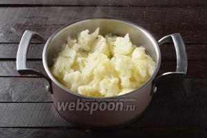 600 граммов капусты промыть, разобрать на небольшие соцветия. Отварить в слегка подсоленном кипятке 2 минуты. Сцедить горячую воду с капусты и опустить на 3 минуты в ледяную воду.