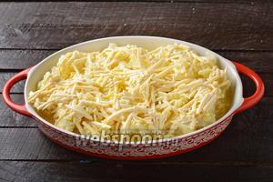 Жаропрочную форму для запекания смазать 1 ст. л. сливочного масла. Выложить капусту в форму, а сверху равномерно распределить заливку.