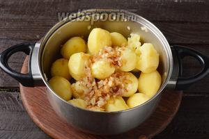 Картофель почистить, отварить до готовности. Добавить обжаренный на растительном масле 3 ст. л. лук 60 г. Приправить солью 1 ч. л. и чёрным молотым перцем 0,3 ч. л. Тщательно потолочь.