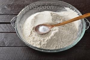 360 граммов муки просеять, соединить с 1 ч. л. соды и хорошо перемешать.