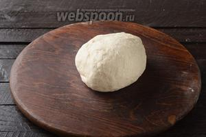 Замесить мягкое тесто. Накрыть тесто миской и оставить при комнатной температуре на 30 минут.
