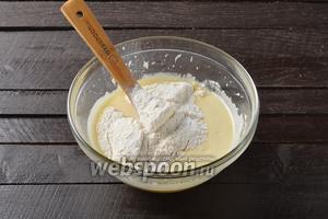 Пшеничную муку 450 г просеять вместе с содой 1 ч. л. Частями добавлять в тесто, замешивая его ложкой.