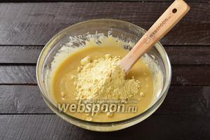 Когда тесто станет немного гуще — вмешать просеянную кукурузную муку (100 г).