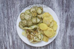 Таким же образом запечь 4 штуки картофеля и кабачок (200 г).