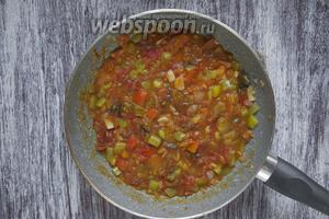 Тушить 15 минут на среднем огне. По желанию можно добавить растительное масло. Приправить массу орегано (1 ст. л.), молотым чёрным перцем и солью по вкусу.