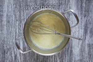 Смешать в кастрюле растопленное сливочное масло (40 г), 15 граммов муки, 180 мл молока, 1 яйцо и мускатный орех (1 щепотка). Постоянное помешивая, варить до лёгкого загустения на среднем огне.