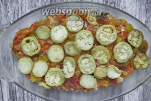 Вылить томатный соус. Выложить оставшиеся баклажаны.
