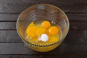 Соединить 4 яйца, 160 граммов сахара, 1 ст. л. мёда и 1 ч. л. соды.