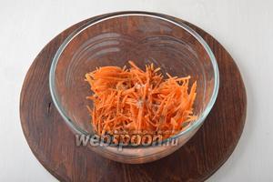 Соединить морковь, соль 0,5 ч. л., сахар 0,5 ч. л., чёрный молотый перец 0,2 ч. л., смесь трав для моркови по-корейски 0,5 ч. л. Слегка помять руками. Оставить на 10 минут для маринования.