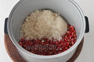 Выложить подготовленные ягоды 500 г, сахар 400 г и воду 50 мл в чашу мультиварки (у меня мультиварка Polaris). Оставшиеся ягоды можно просто заморозить или засушить.