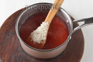 Вернуть отвар в кастрюлю, добавить 4 столовых ложки сахара, довести до кипения и проварить 1 минуту. Снять с огня.