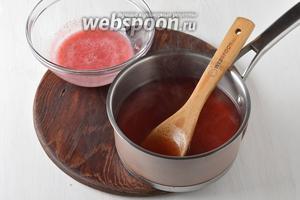 Дать напитку немного остыть, влить в него брусничный сок и перемешать.