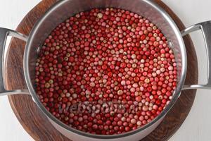 Бруснику перебрать, удаль испорченные ягоды (их можно засушить или заморозить), тщательно промыть.