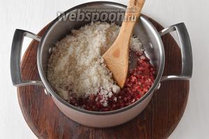Поместить измельчённые ягоды и 500 г сахара в кастрюлю. Перемешать. Оставить на 30 минут.