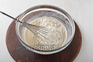 Порциями добавляя просеянную муку 500 г, замесить мягкое тесто. В конце подмешать подсолнечное масло 90 мл.