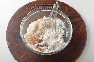 Пока охлаждается тесто, приготовим начинку. Для этого надо соединить сметану 450 г, сахар 1 ст. л., ванильный сахар 20 г, мак 3 ст. л., муку 60 г и специи для пряников 0,5 ч. л. Тщательно перемешать, чтобы не осталось комочков. Если вы видите, что ваш чернослив жёсткий или сухой — предварительно хорошо распарьте его в горячей воде и просушите на бумажных полотенцах.