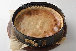 Выпекать пирог в предварительно разогретой до 200°C духовке 40-45 минут.
