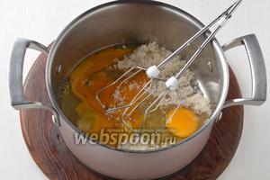 Соединить 3 яйца и сахар 190 г.