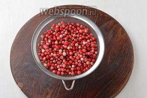 Бруснику тщательно перебрать, удалить испорченные и повреждённые ягоды. Поврежденные ягодки можно засушить или заморозить на зиму. Целые ягоды промыть. Дать стечь воде. Просушить, выложив ягоды в один слой на кухонной доске.