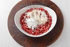 Соединить сухую бруснику 250 г, сахар 2 ст. л. и картофельный крахмал 1 ч. л. Перемешать.