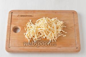 Плавленый сыр (100 г) натереть на крупной тёрке.