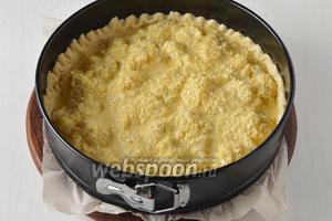 На охлаждённое тесто выложить остальные соцветия капусты (крупные соцветия разрезать на 2-3 части).  Вылить равномерно на капусту заливку.