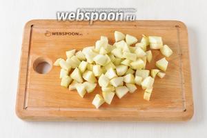300 грамм груш очистить от кожицы, удалить сердцевину. Мякоть нарезать средними кубиками.