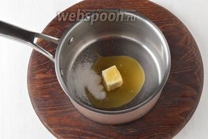 В толстостенном сотейнике соединить сливочное масло (1 ст. л.), 2 ст. л. мёда и ванильный сахар 10 г. Довести до кипения и растворения сахара.