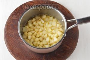 Довести до кипения и готовить на минимальном огне от 5 до 8 минут (время будет зависеть от твёрдости и сорта груш). Снять с огня и полностью охладить.