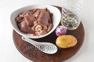 Для работы нам понадобится куриная печень, картофель, подсолнечное масло, репчатый лук, соль, чёрный молотый перец.