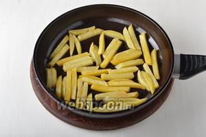 Хорошо разогреть сковороду с остальным подсолнечным маслом (2 ст. л.). Выложить картофель в один слой и обжарить почти до готовности на среднем огне, переворачивая ломтики таким образом, чтобы картофель обжарился со всех сторон.