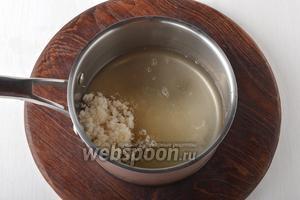 В толстостенном сотейнике соединить 225 г сахара и 150 мл воды.