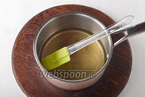 Довести, помешивая, до кипения и проварить 1 минуту. Сахар должен полностью раствориться. Охладить до комнатной температуры. Если вам надо быстро охладить сахарный сироп — опустите сотейник в посуду с ледяной водой.