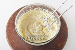 Масло (300 г) комнатной температуры взбить в пышную массу.
