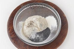 Соединить просеянную муку 190 г, сухой мак 20 г, соль 0,5 ч. л., чёрный молотый перец 0,1 ч. л. Перемешать.