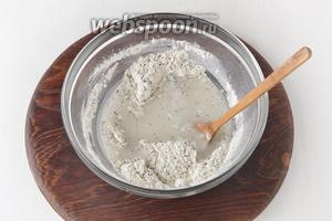 Добавить воду комнатной температуры 120 мл и подсолнечное масло 1,5 ч. л.